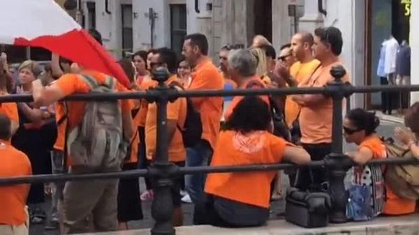 No vax protestano a Montecitorio:'assassini, non finisce qui'