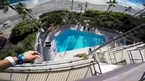 Si tuffa in una piscina dal quarto piano. La folle bravata di 8booth
