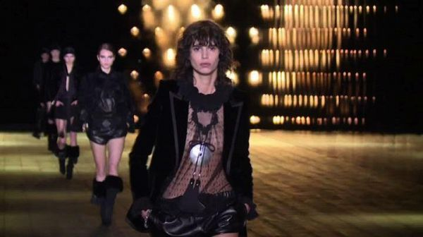 Paris Fashion Week, pelle e nero: la donna Saint Laurent è rock