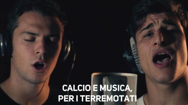Calciatori cantano 'Everybody hurts' per i terremotati