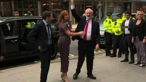 UK, Corbyn arriva alla sede del Labour Party accolto da vincitore